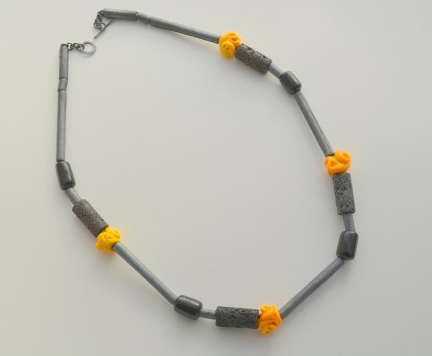 01 collar rositas amarillas - lava- plata oxidada, tubos de lava del volcán Villarrica - cuentas de vidrio murano - 1