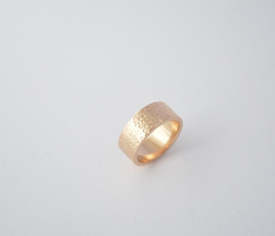 anillo muro del sol oro color miel texturado 18 k web